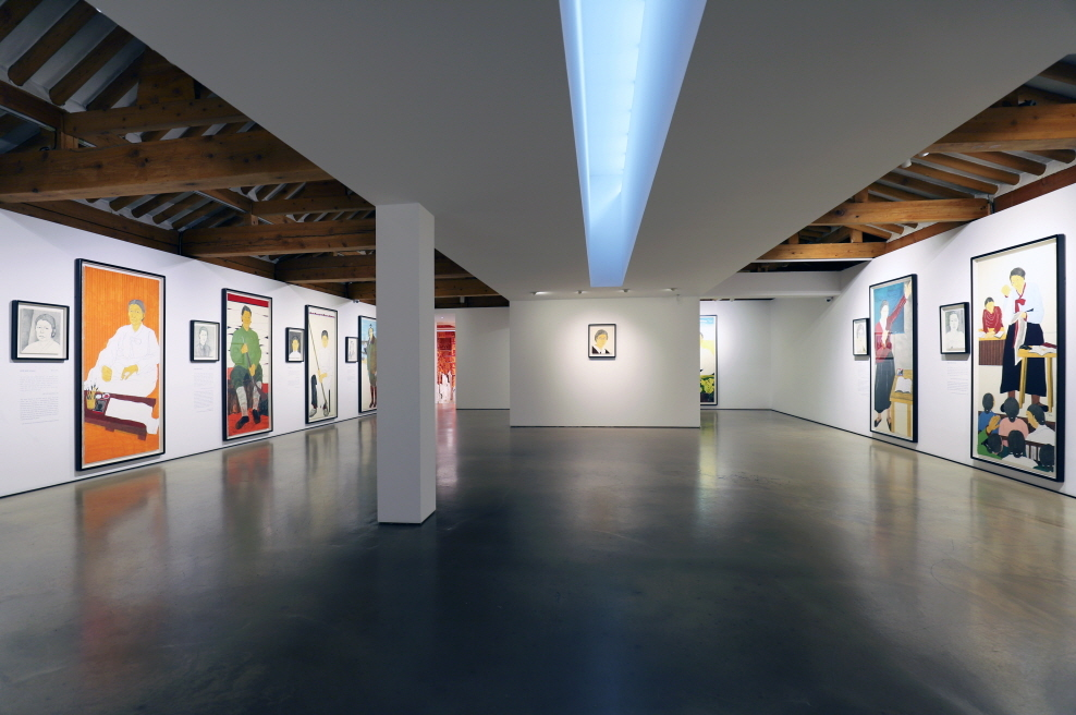 "Installation view of ""Women of Resistance, Becoming Historic -- Portraits of 14 Female Independence Activists Who Quaked History"" (Hakgojae Gallery)"