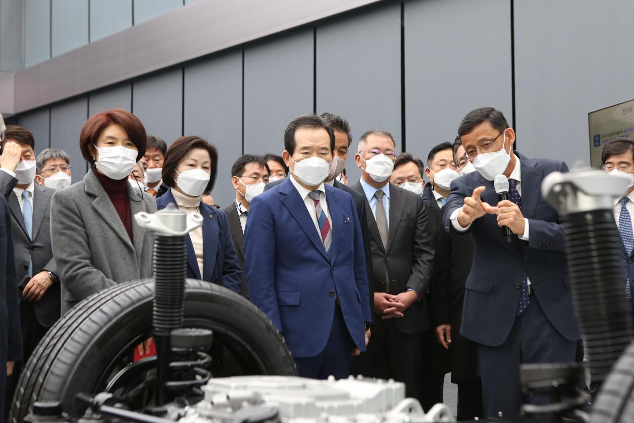 Prime Minister Chung Sye-kyun (center) and Hyundai Motor Group Chairman Chung Euisun attend an automobile technology demonstration at Hyundai Motor's Namyang Research Institute on Thursday. (Hyundai Motor)