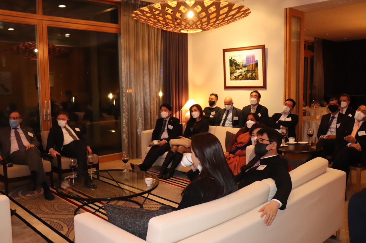 Participants pay attention to Korean startup SmartStudy co-founder and CFO Lee Seung-gyu's presentation during an event held by Corea Image Communication Institute at the residence of the New Zealand ambassador on Thursday. (CICI)