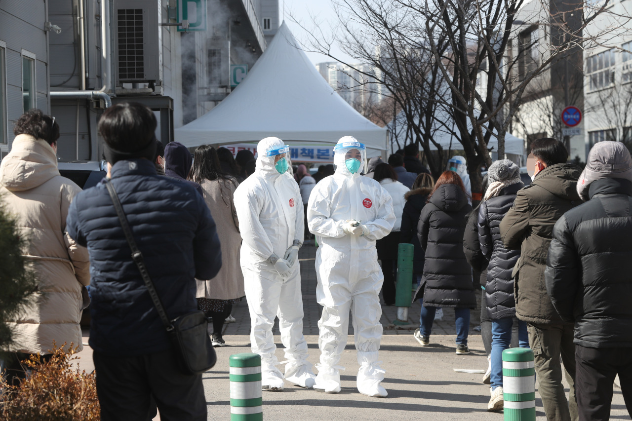 Employees of industrial plants wait to take coronavirus tests at an industrial complex in Namyangju, northeast of Seoul, on Wednesday, after massive coronavirus infections of foreign workers were reported there. (Yonhap)