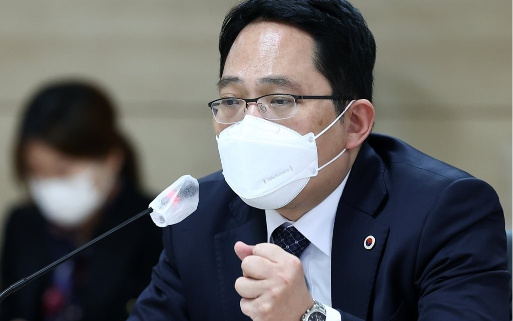 Choi Dae-zip, head of the Korean Medical Association, speaks at a meeting over COVID-19 vaccination held in Seoul on Sunday. (Yonhap)