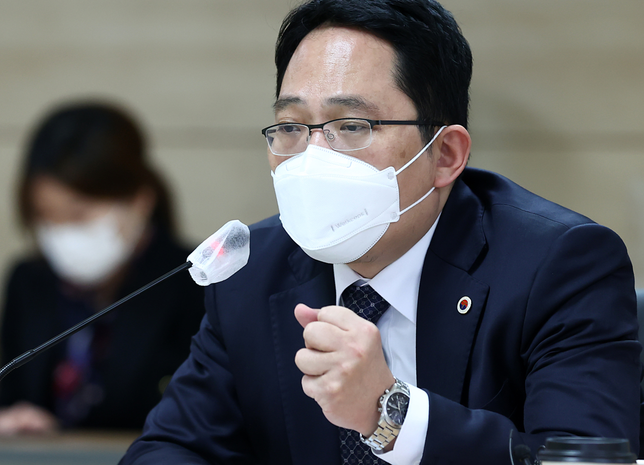 Choi Dae-zip, head of the Korean Medical Association, speaks Sunday during a meeting held in Seoul over a COVID-19 vaccination program slated to start later this week. Doctors have been at loggerheads with the government over a legislative revision on revoking licenses of doctors convicted of crimes. (Yonhap)