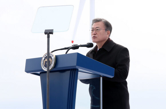 President Moon Jae-in speaks at a signing ceremony in Sinan, South Jeolla Province, Feb. 5, for an investment agreement to build the world's largest offshore wind farm. (Yonhap)