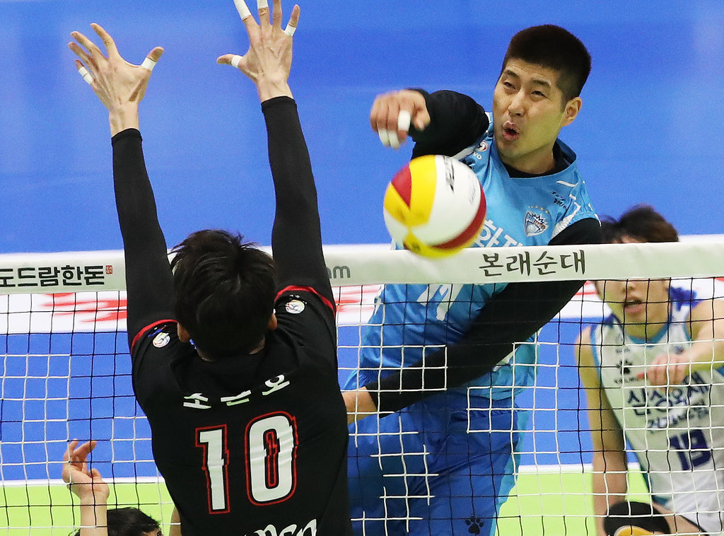 In this file photo from Jan. 17, 2020, Park Sang-ha of the Samsung Fire & Marine Insurance Bluefangs (C) hits a spike against the KEPCO Vixtorm during a men's V-League match at Suwon Gymnasium in Suwon, 45 kilometers south of Seoul. (Yonhap)