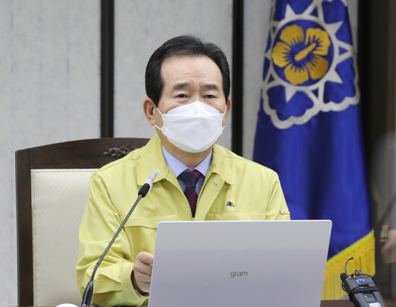 Prime Minister Chung Sye-kyun speaks during an interagency meeting on the COVID-19 response held at the government office complex in Sejong on Tuesday. (Yonhap)