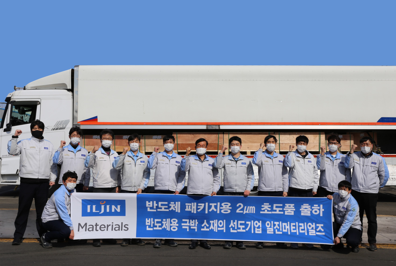 Iljin Materials CEO Yang Jeom-sik (center) and employees pose for a photo celebrating the shipment of the first batch of ultrathin copper foils used for semiconductor packing to Samsung Electronics. (Iljin Materials)