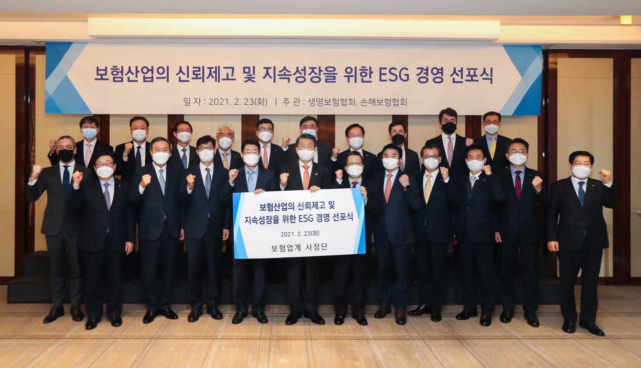 Eun Sung-soo (sixth from left, front), chairman of the financial regulator Financial Services Commission, poses with the CEOs of local insurance companies at an event to address environmental, social and governance issues. (Korea Life Insurance Association)