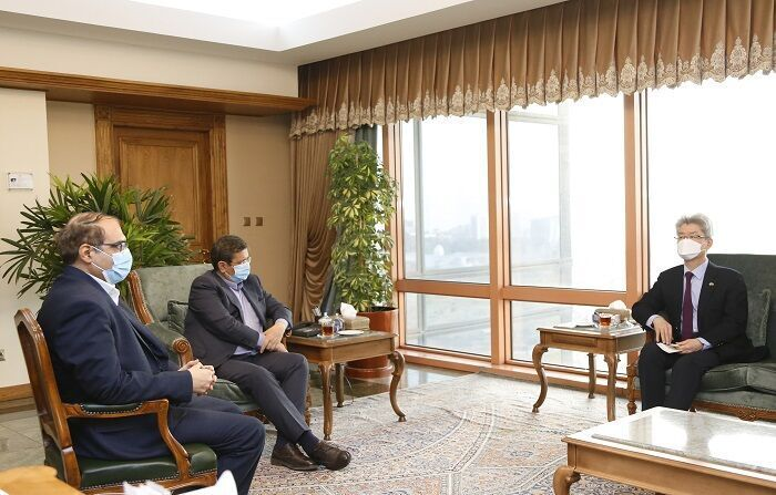 South Korean Ambassador to Iran Ryu Jeong-hyun (right) meets with Gov. Abdolnaser Hemmati of the Central Bank of Iran in the Korean Embassy in Tehran, in this photo captured from Iran's government website on Tuesday.