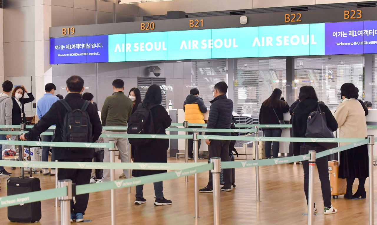 Passengers go through the check-in process at Incheon Airport's Terminal 1. (Yonhap)
