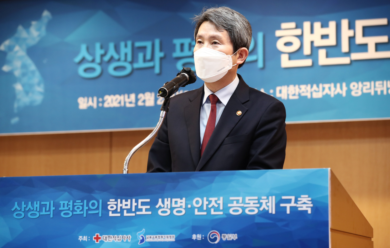 Unification Minister Lee In-young speaks during a seminar on inter-Korean cooperation in the field of public health at the Korean Red Cross in Seoul on Tuesday. (Yonhap)