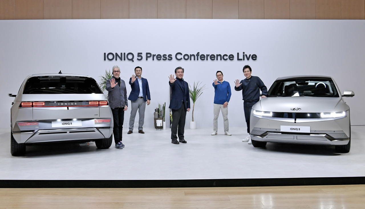 Hyundai Motor President Chang Jae-hoon (center) and executives pose at the Ioniq 5 unveiling press conference held online Tuesday. (Hyundai Motor)