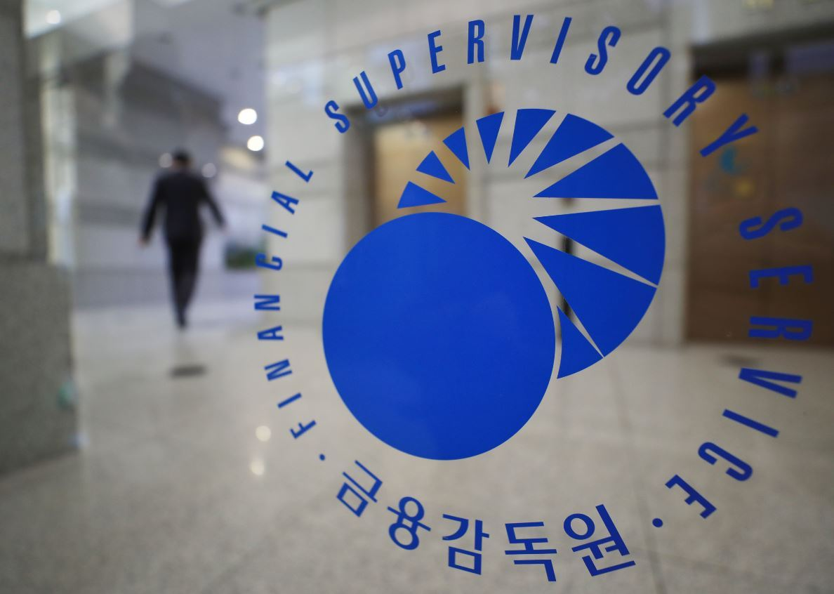 An employee is seen walking inside the headquarters building of the Financial Supervisory Services in Seoul. (Yonhap)