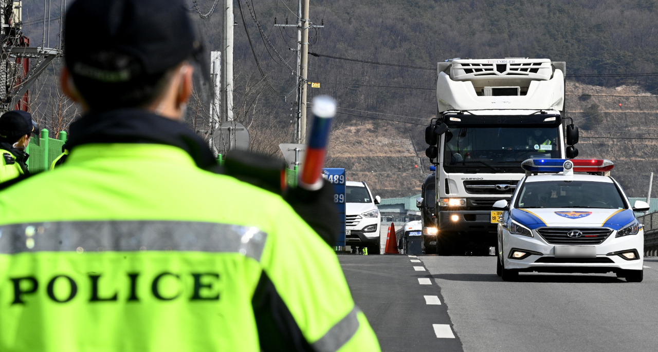 Police escort trucks carrying COVID-19 vaccines on Wednesday morning. (Yonhap)