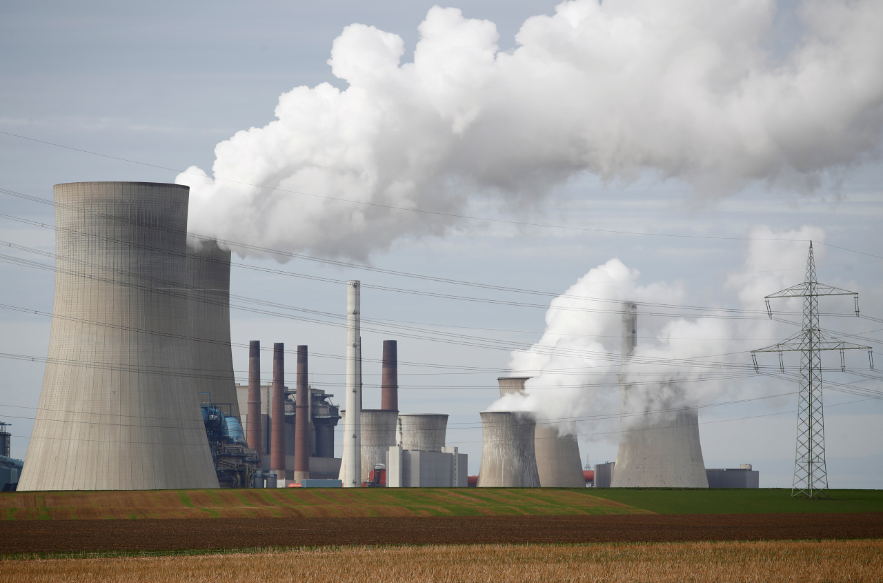Steam rises from the five brown coal-fired power units of RWE, one of Europe's biggest electricity companies in Neurath, northwest of Cologne, Germany, March 12, 2019. RWE is one of the companies to appear on the Global Coal Exit List by Germany-based nonprofit organization Urgewald. (Reuters-Yonhap)