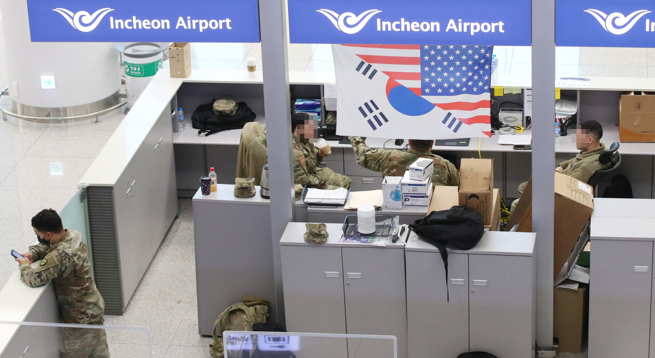 This photo, taken on Jan. 26, 2021, shows US service members at Incheon airport, west of Seoul. (Yonhap)