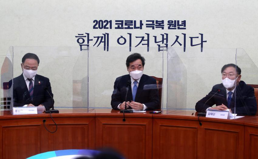 In the Jan. 20, 2021, file photo, Finance Minister Hong Nam-ki (L), Democratic Party Chairman Rep. Lee Nak-yon (C) and floor leader Rep. Kim Tae-nyeon attend a meeting between the ruling party and the government. (Yonhap)
