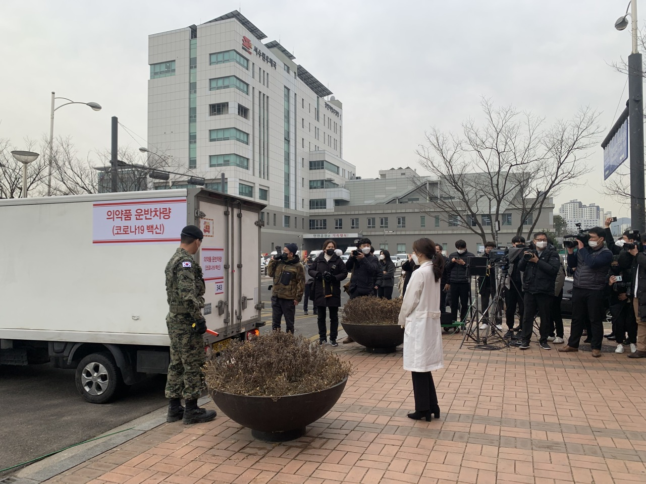 A truck carrying AstraZeneca vaccines arrives at a public health center in Suwon, Gyeonggi Province, on Thursday, a day ahead of their rollout. (Kim Arin/The Korea Herald)