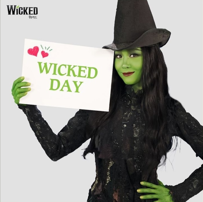 """Actress Ock Joo-hyun stars as Elphaba in the musical """"Wicked"""" (Instagram)"""