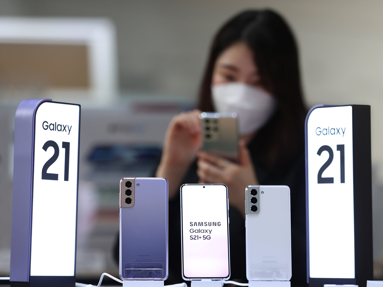 This photo taken Jan. 15, 2021, shows Samsung Electronics Co.'s Galaxy S21 smartphones displayed at a store in Seoul. (Yonhap)