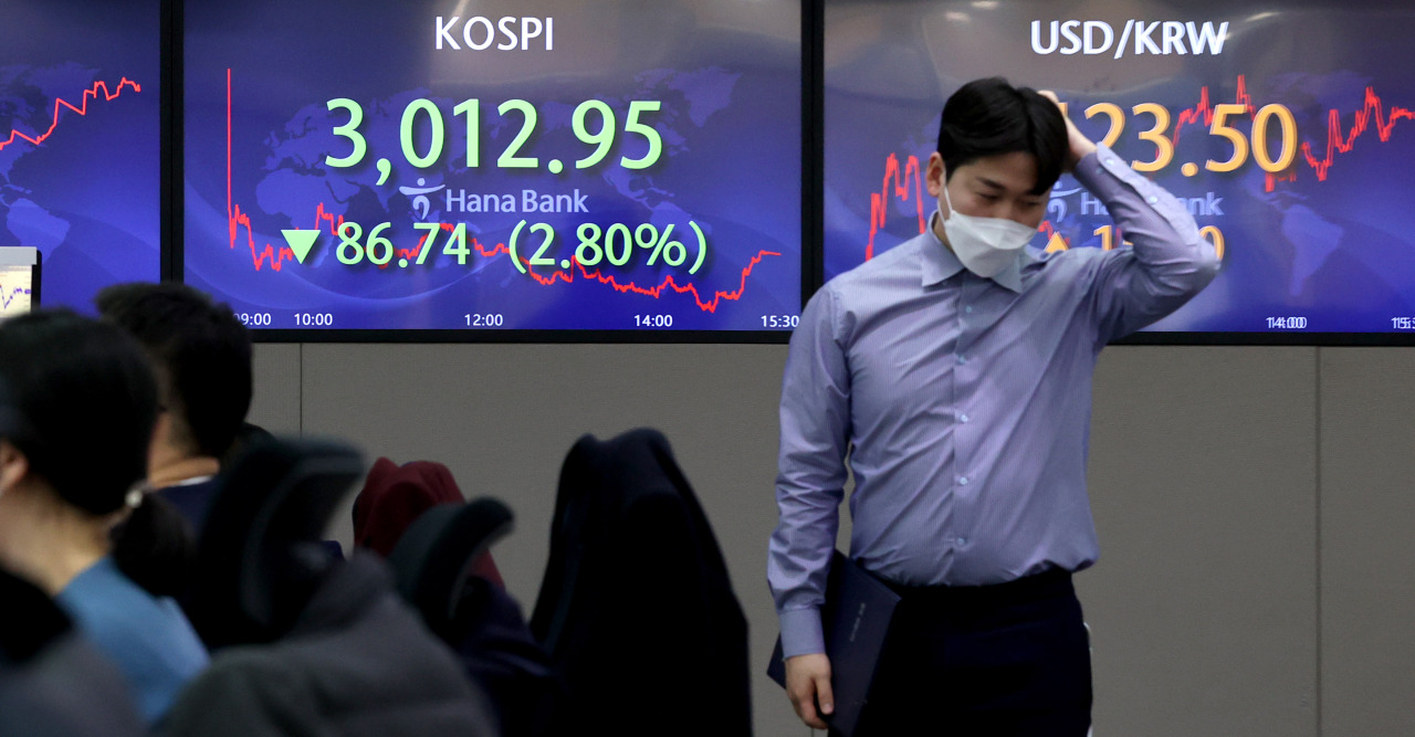 Electronic signboards at Hana Bank's dealing room in Seoul show the Kospi index declining 2.8 percent to 3,012.95 points as of Friday's closing bell. (Yonhap)