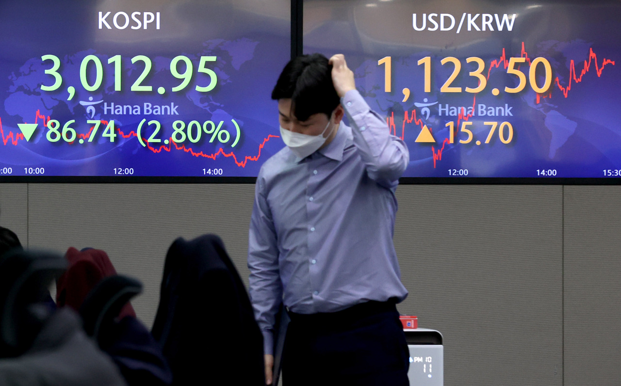 Electronic signboards at a Hana Bank dealing room in Seoul show Kospi closed at 3,012.95 on Friday, down 86.74 points or 2.8 percent from the previous session's close. (Yonhap)