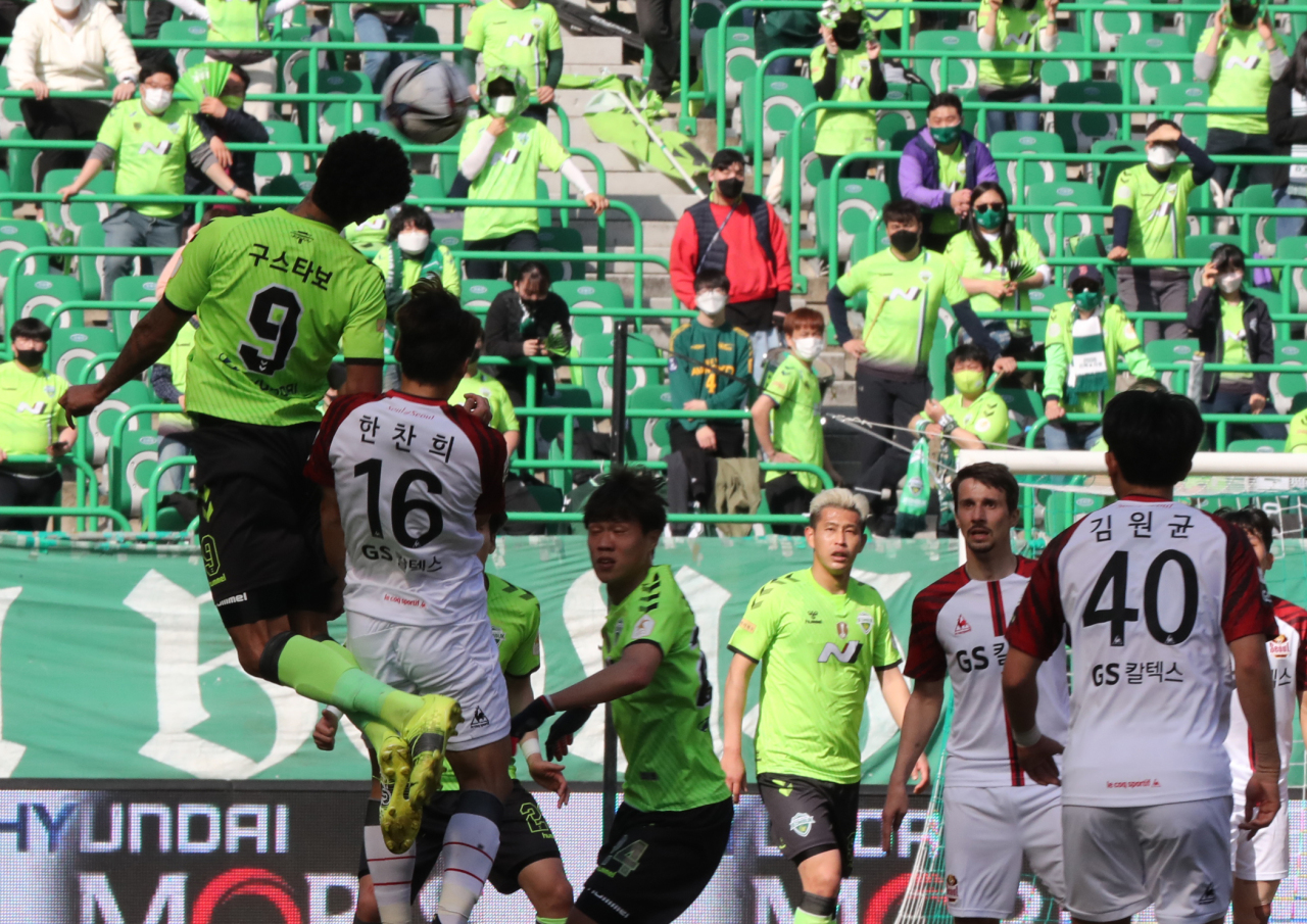 Gustavo of Jeonbuk Hyundai Motors (left) attempts a header against FC seoul during the clubs' K League 1 match at Jeonju World Cup Stadium in Jeonju, 240 kilometers south of Seoul, on Saturday. (Yonhap)