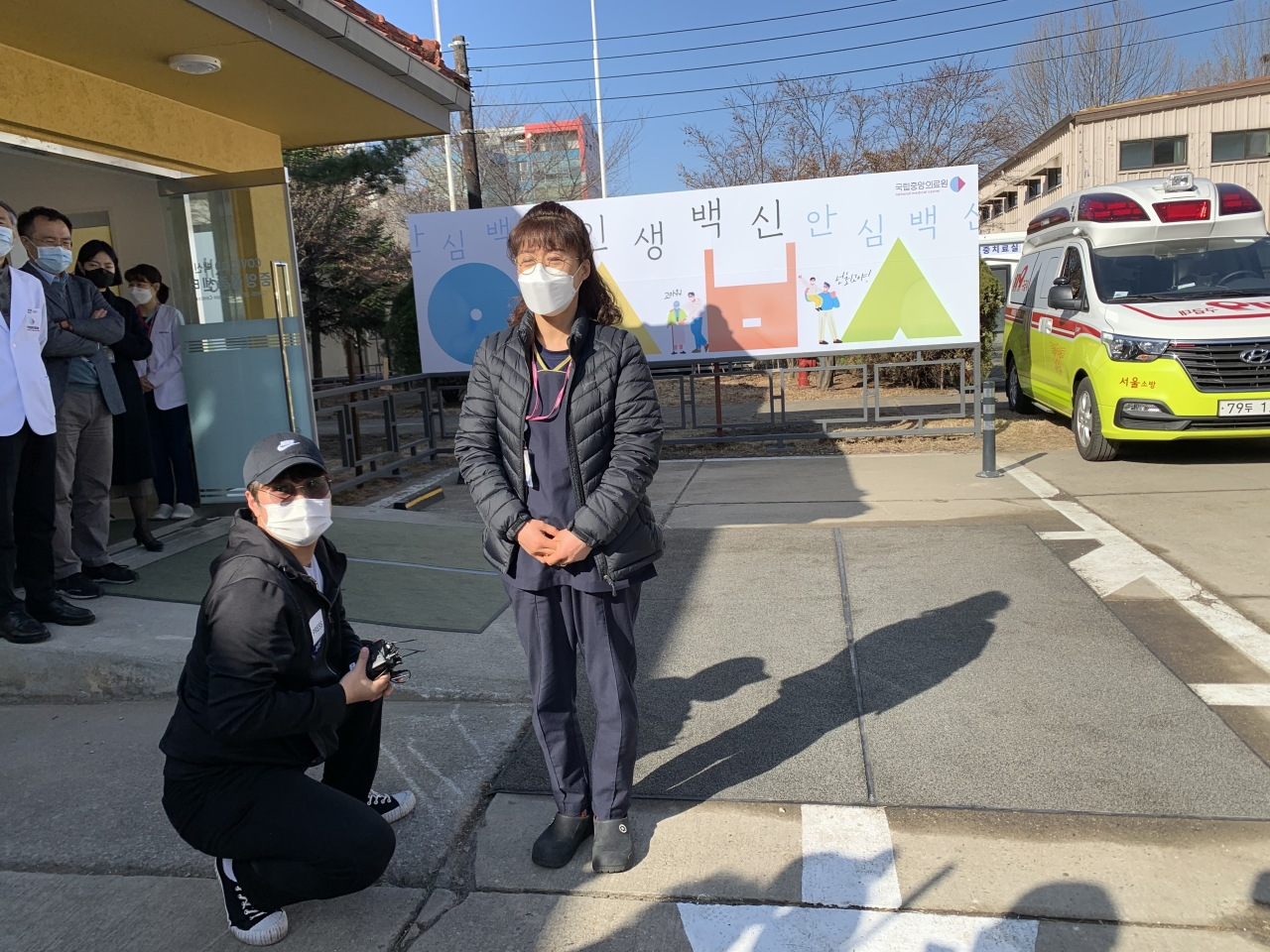 Jung Mi-kyung, a cleaning staffer at the National Medical Center, (center) became the first Korean to receive a Pfizer vaccine Saturday morning. (Kim Arin/The Korea Herald)