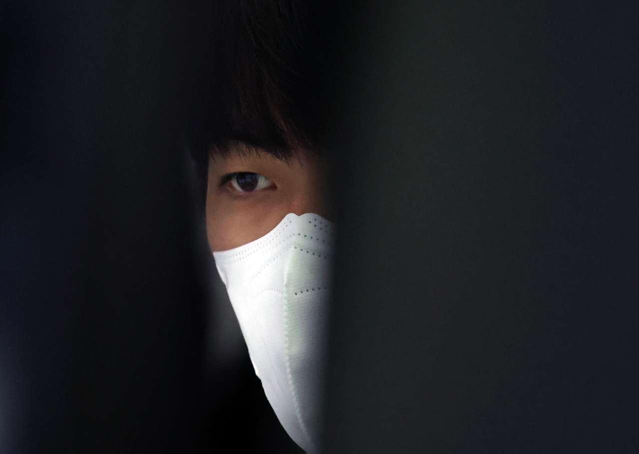 A foreign currency dealer at Hana Bank headquarters in Seoul is seen monitoring the financial market on Monday. (Yonhap)
