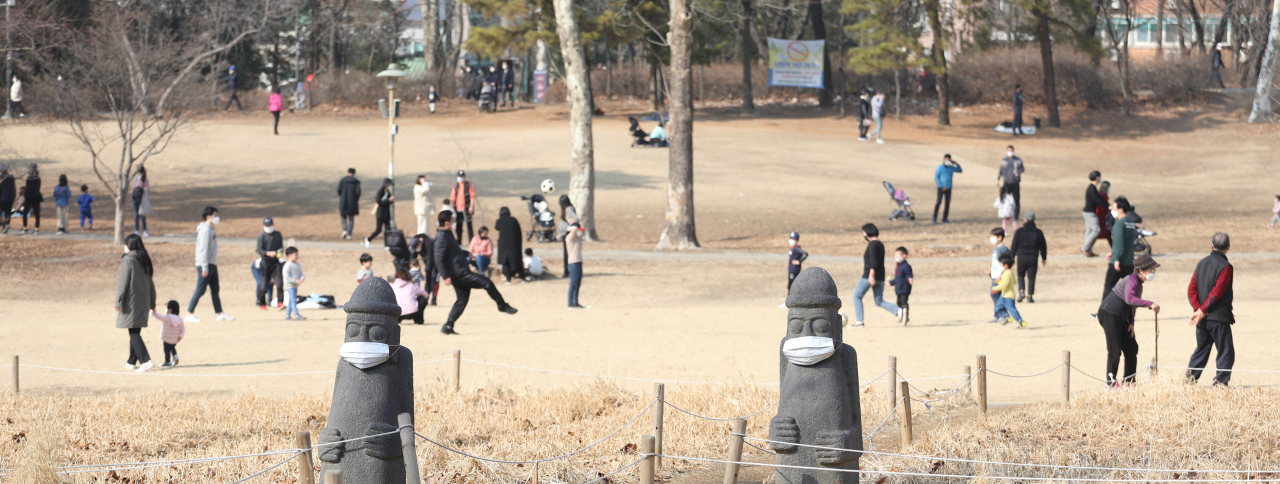 People walk in Children's Grand Park in Gwangjin-gu, Seoul, Feb. 21. (Yonhap)