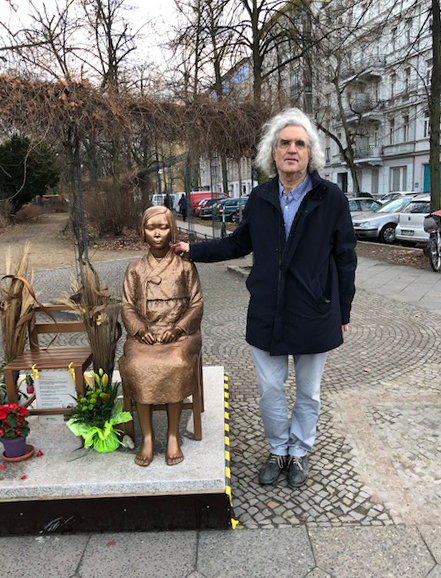 Professor Alon Harel of the Hebrew University of Jerusalem poses for a photo next to a Berlin statue symbolizing Korean victims of Tokyo's wartime sexual slavery in this photo provided by him on Monday. (Yonhap)
