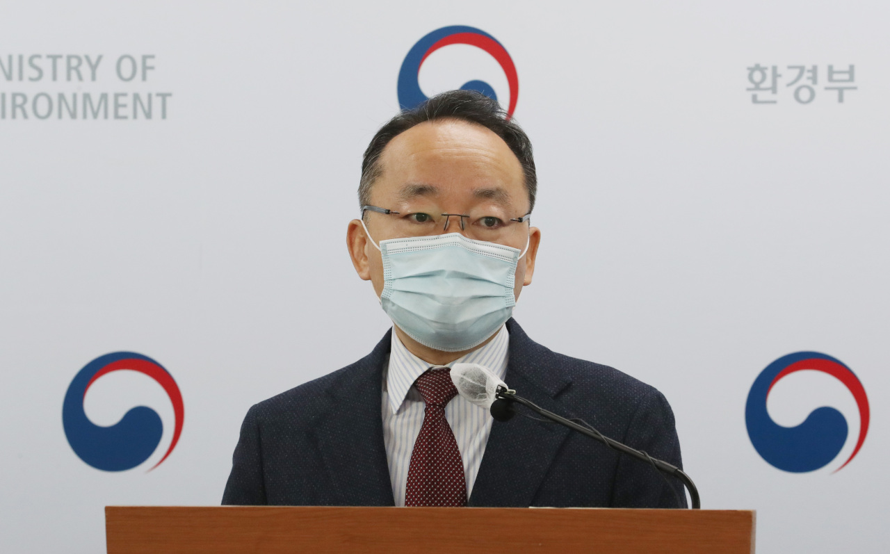 Hwang Suk-tae, a senior official at the Ministry of Environment, speaks during a press briefing Tuesday. (Yonhap)