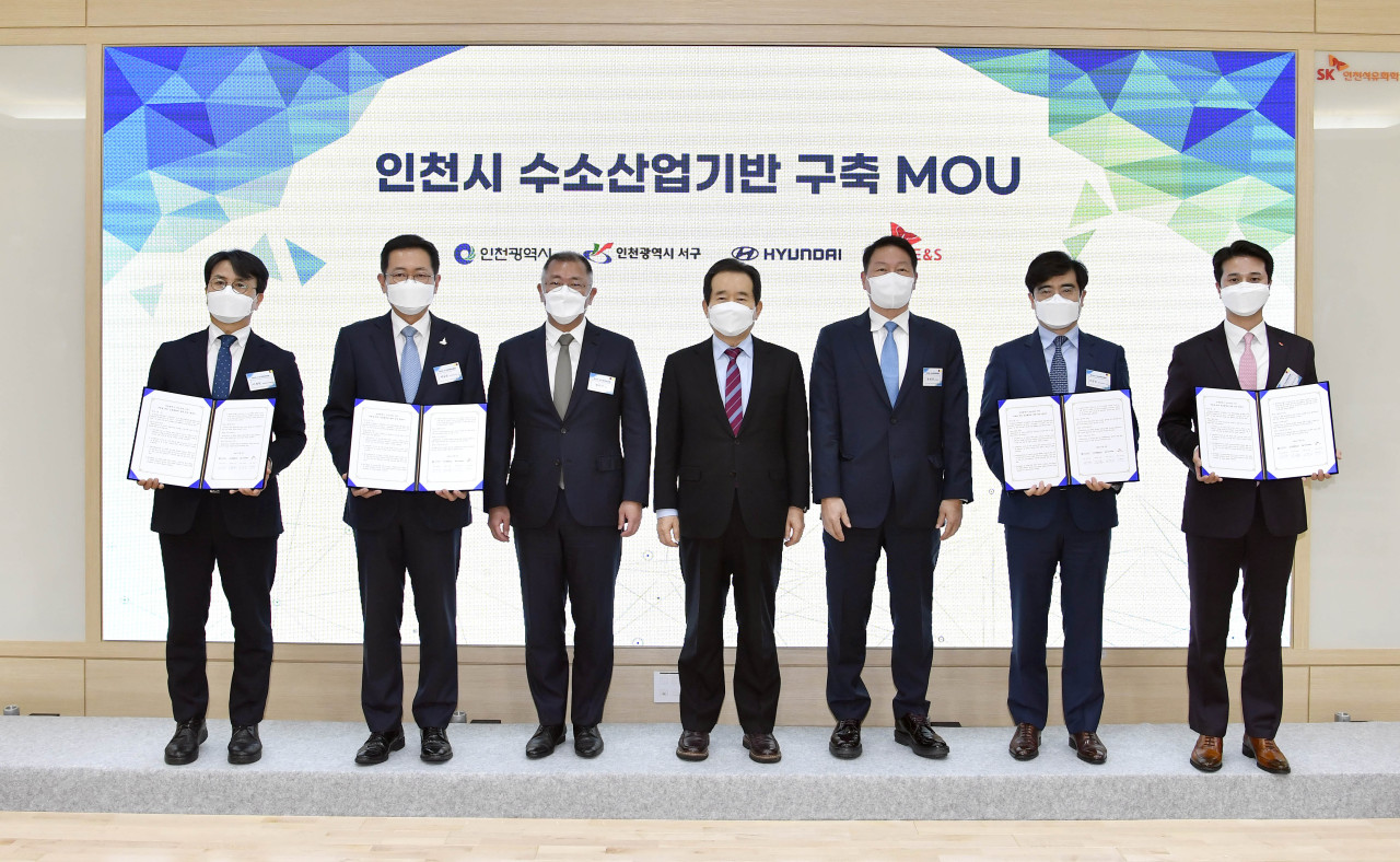 Officials pose at the Hydrogen Economy Committee meeting held Tuesday at SK Incheon Petrochem. (From left) Incheon Seo-gu district chief Lee Jae-hyun, Incheon Metropolitan City Mayor Park Nam-chun, Hyundai Motor Group Chairman Chung Euisun, Prime Minister Chung Sye-kyun, SK Group Chairman Chey Tae-won, Hyundai Motor CEO Gong Young-woon, SK E&S CEO Choo Hyeong-wook. (Hyundai Motor Group)