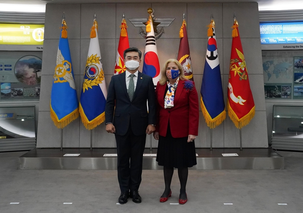 Defense Minister Suh Wook (L) and the European Union's ambassador to South Korea, Maria Castillo Fernandez, pose for a picture ahead of their talks in Seoul on Wednesday, in this photo provided by the defense ministry. (Ministry of National Defense)