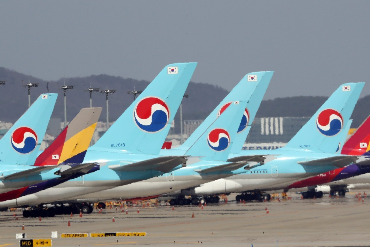 Aircrafts of Korean Air Lines and Asiana Airlines line up at Incheon International Airport (Yonhap)