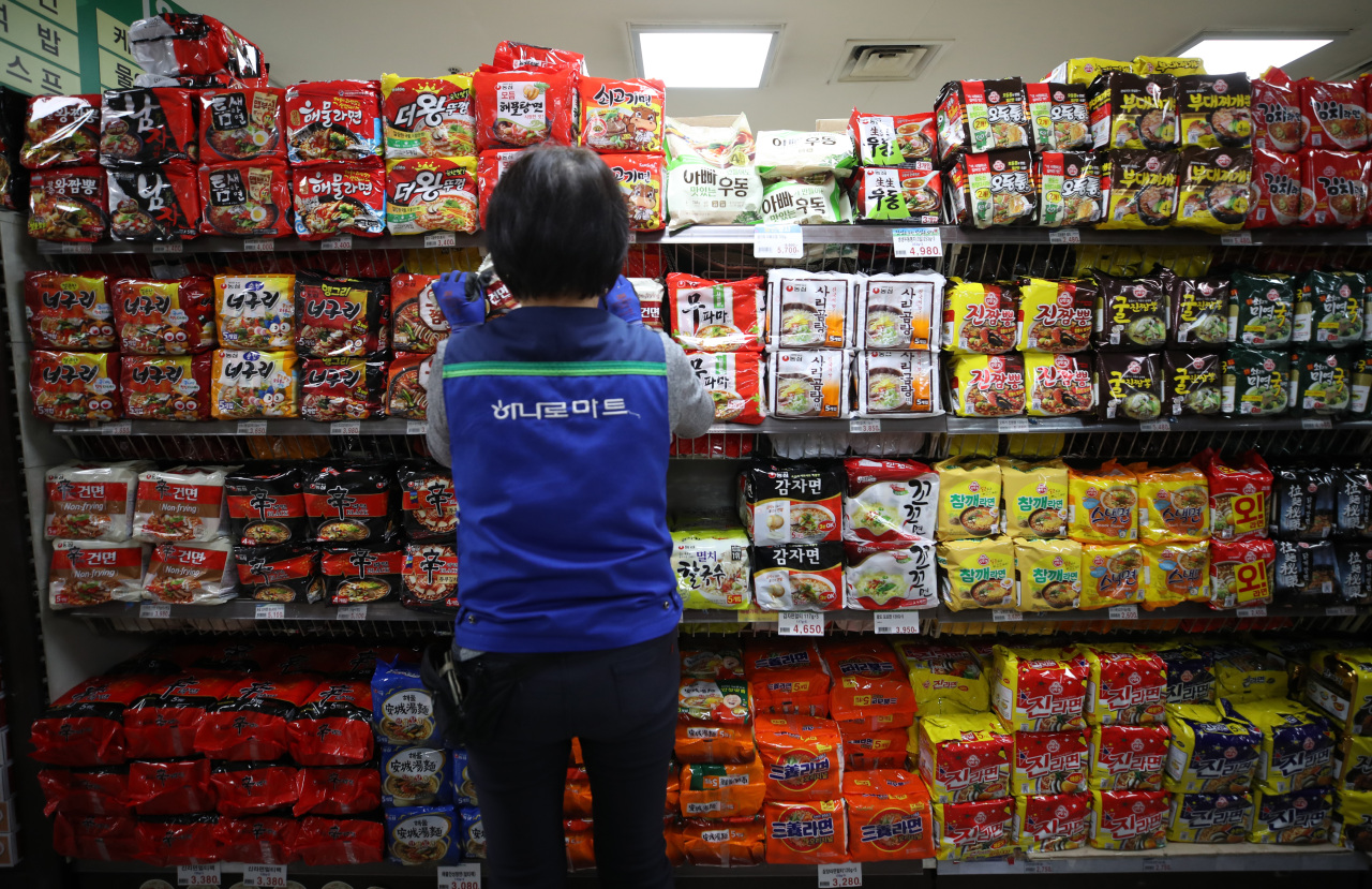 Instant noodle products are displayed at a supermarket in central Seoul in this file photo taken on Feb. 14, 2021. (Yonhap)