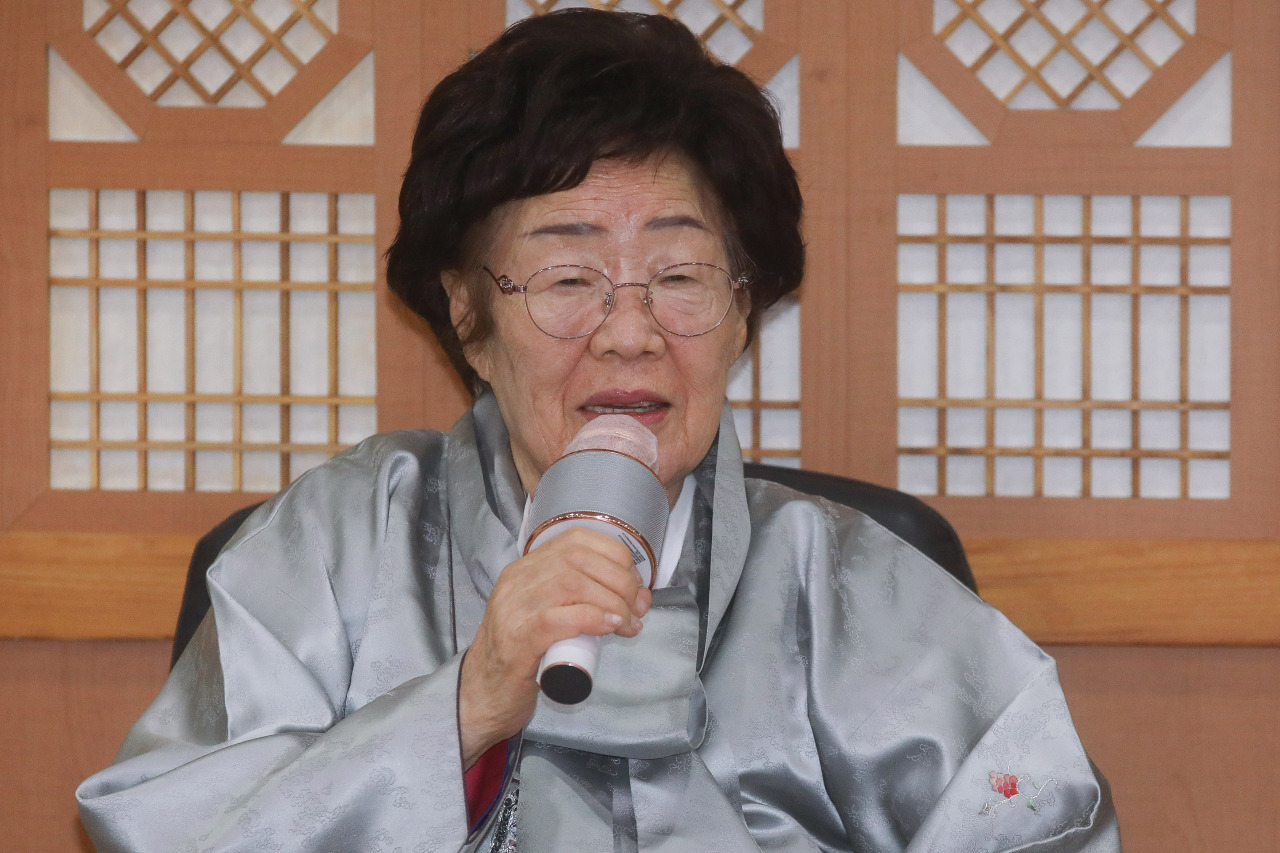 Lee Yong-soo, a victim of Japan's wartime sexual slavery, speaks during a press meeting at the Foreign Ministry in Seoul on Wednesday, after meeting Foreign Minister Chung Eui-yong. (Yonhap)