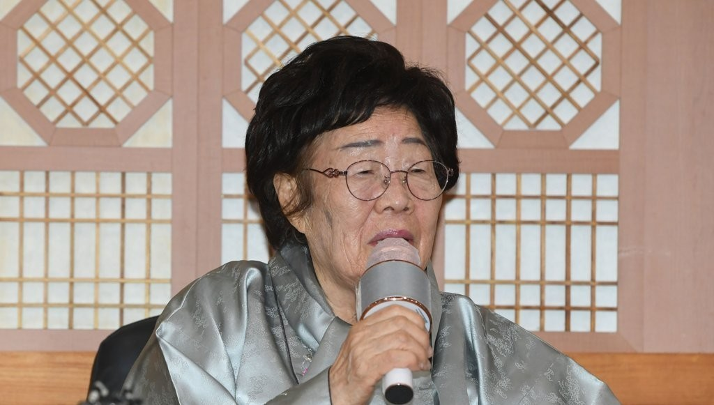 Lee Yong-soo, a victim of Japan`s wartime sexual slavery, speaks during a press meeting at the foreign ministry in Seoul on Wednesday, after meeting Foreign Minister Chung Eui-yong. (Yonhap)