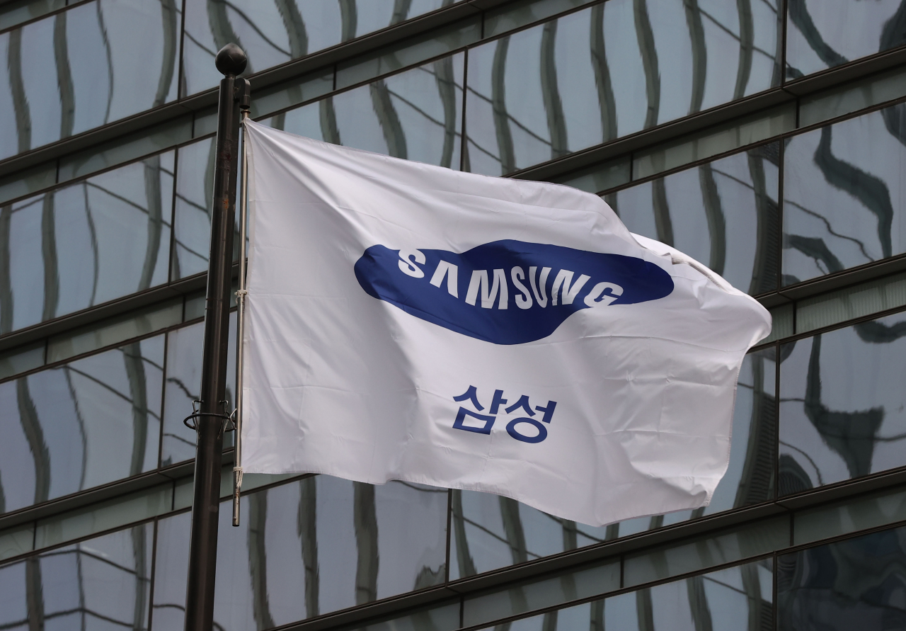 This photo taken on Feb. 16, 2021, shows the corporate flag of Samsung Group at its office building in Seoul. (Yonhap)