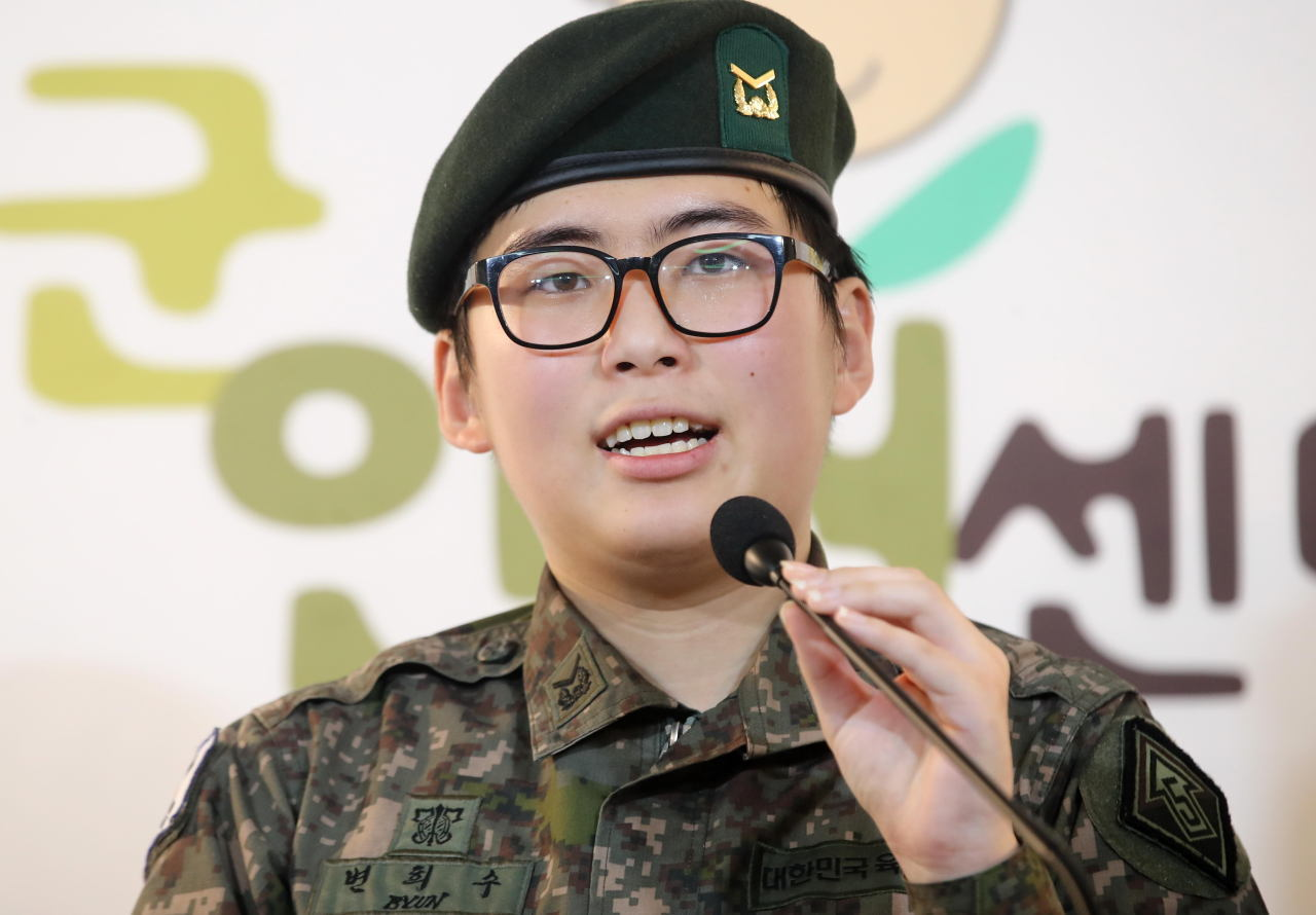 Byun Hee-soo, South Korea's first transgender soldier, speaks during a press conference held to protest the Army's decision to discharge her, Jan. 22, 2020. (Yonhap)