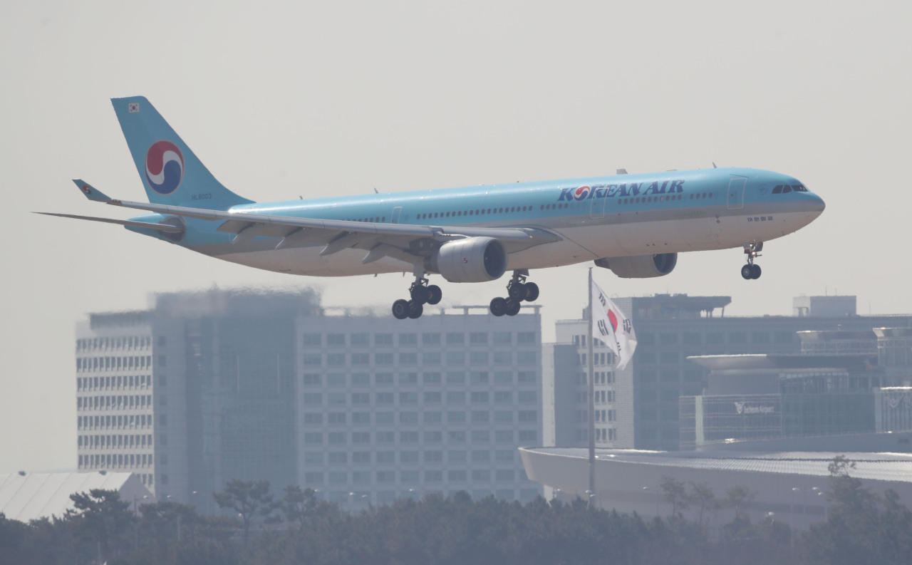 A Korean Air aircraft lands at Incheon International Airport in Incheon, west of Seoul, on Feb. 26, 2021. (Yonhap)