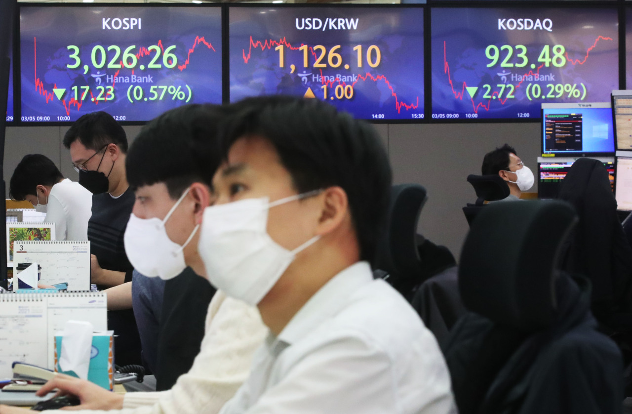 Foreign currency dealers are seen in a dealing room of Hana Bank headquarters in Seoul Friday. (Yonhap)