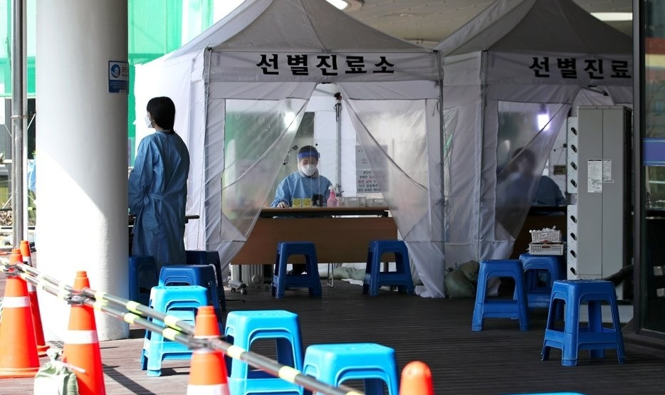 Medical staff wait for visitors at an outdoor COVID-19 testing station in Gwangju, about 300 kilometers south of Seoul, on March 5, 2021. (Yonhap)