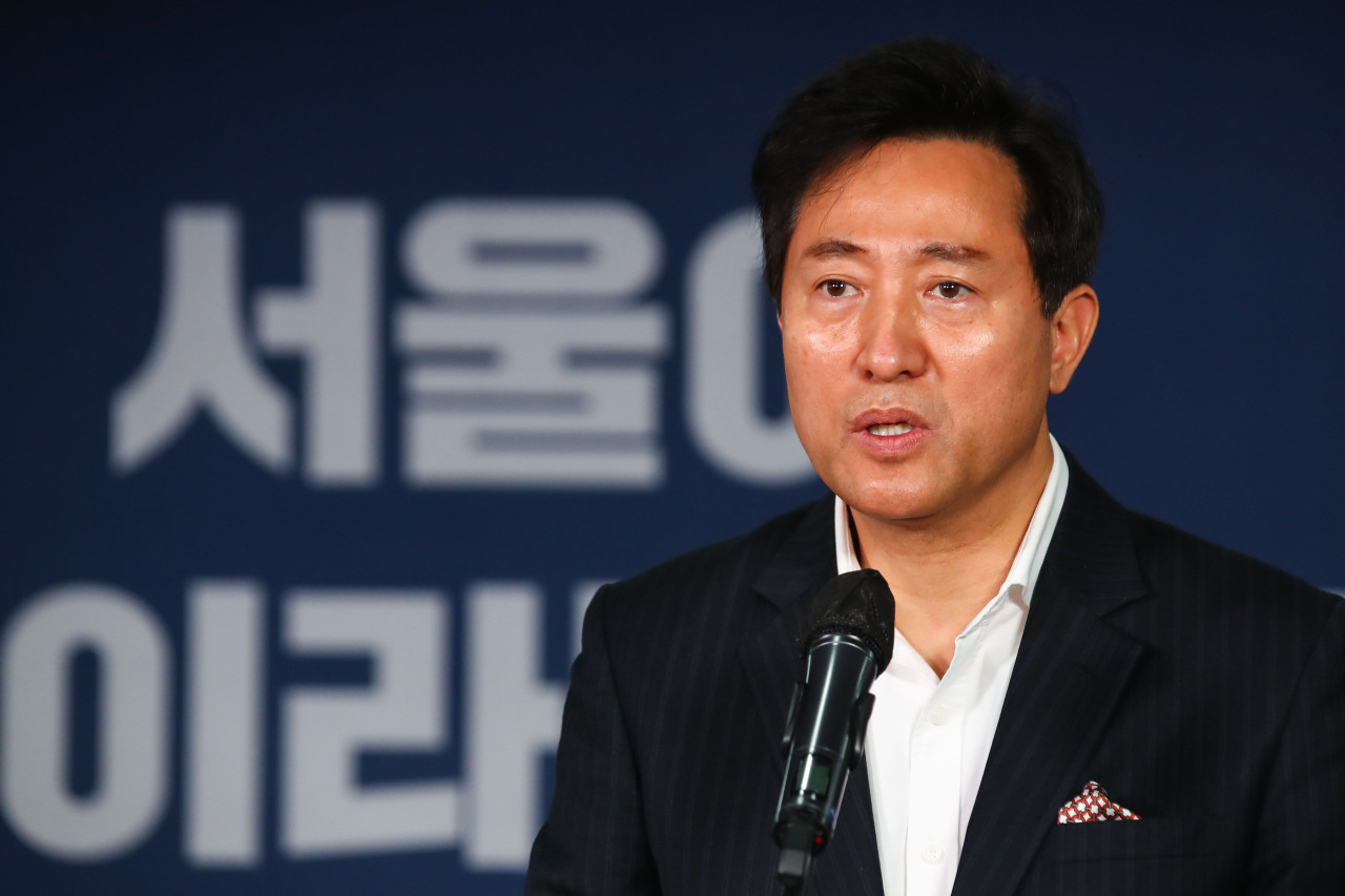 Oh Se-hoon gives an acceptance speech on Thursday, after winning the People Power Party's primary for the Seoul mayoral by-election. (Yonhap)
