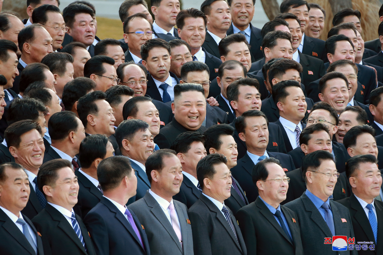 North Korean leader Kim Jong-un (C) holds a photo session on Saturday, with chief secretaries of the city and county party committees as the country's first workshop with the local party officials ended, in this photo released by the North's official Korean Central News Agency.(Yonhap)