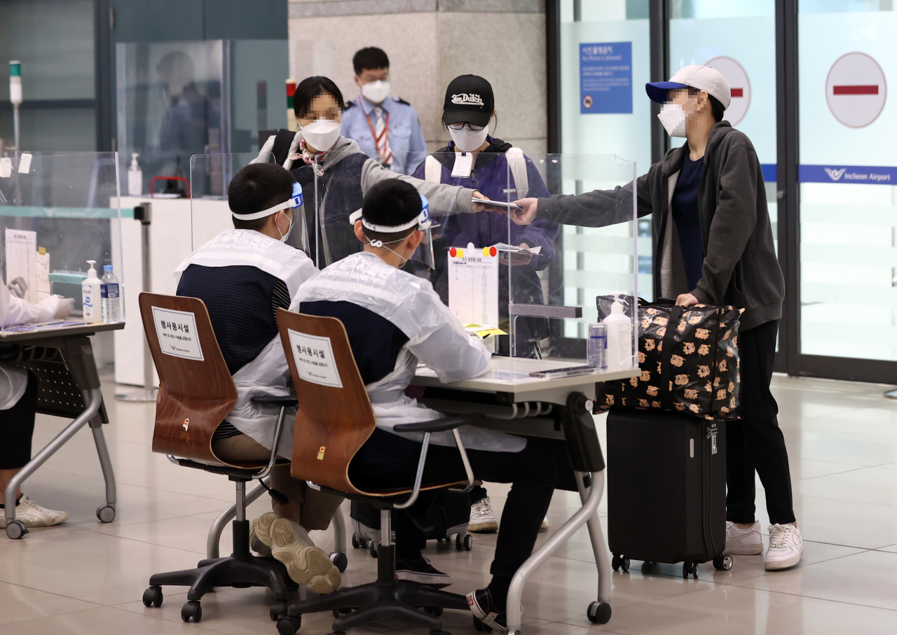 South Korean residents in Myanmar arrive at Incheon International Airport on Saturday as the Southeast Asian nation has been gripped by political unrest since a coup early last month. (Yonhap)
