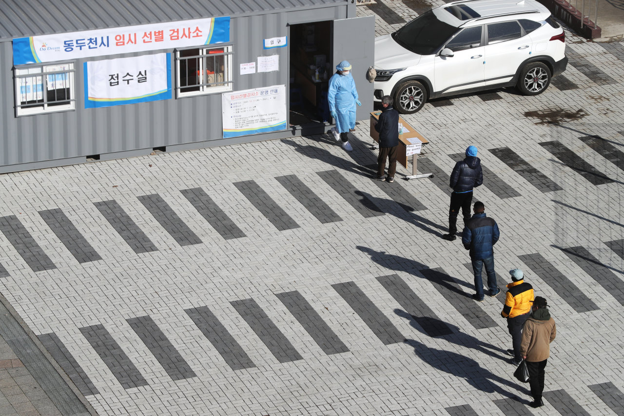 People line up in front of a temporary testing center for the coronavirus in Gyeonggi Province on Tuesday. (Yonhap)