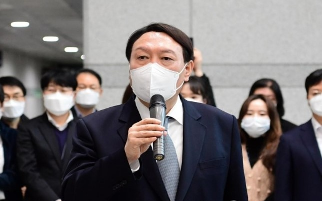 Former Prosecutor General Yoon Seok-youl speaks before leaving the prosecution building after resigning from his post on Friday. (Yonhap)