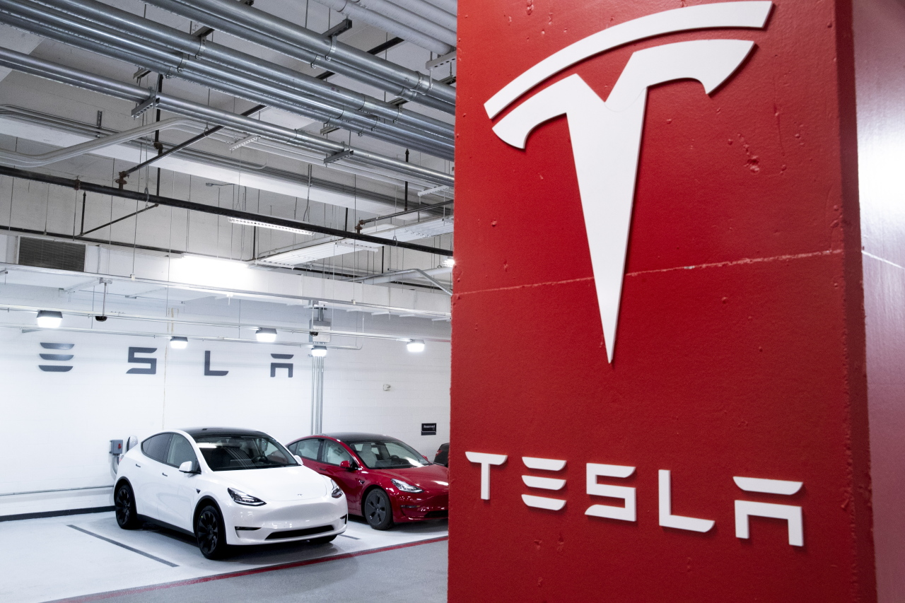 Tesla test-drive vehicles that are used by a Tesla dealership are seen charging in a garage in Washington, DC, US, Feb. 8. Tesla purchased 1.5 billion US dollars worth of bitcoin, and announced it will soon start accepting the cryptocurrency as a form of payment for Tesla products. (EPA-Yonhap)