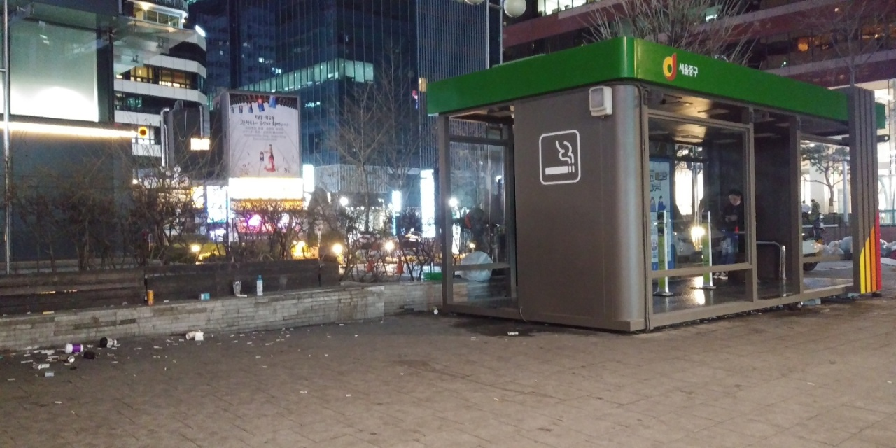 A smoking booth stands in Jung-gu, central Seoul. (Ko Jun-tae/The Korea Herald)