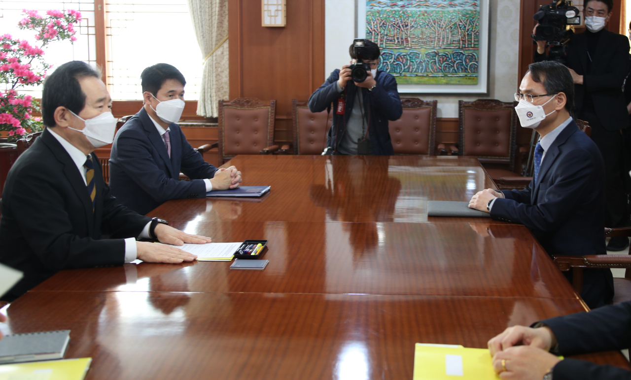 Prime Minister Chung Sye-kyun (L) meets with Nam Gu-jun (R), inaugural chief of the police's National Office of Investigation, at the prime minister's office in Seoul on Monday. (Yonhap)